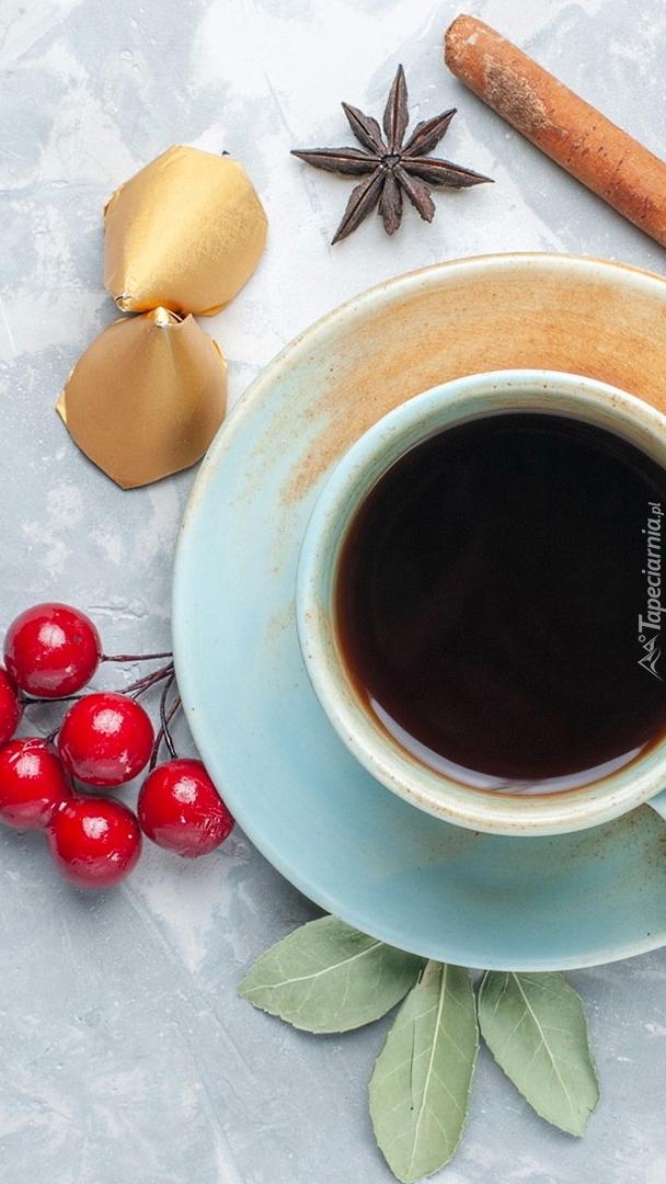 Filiżanka kawy obok jagód