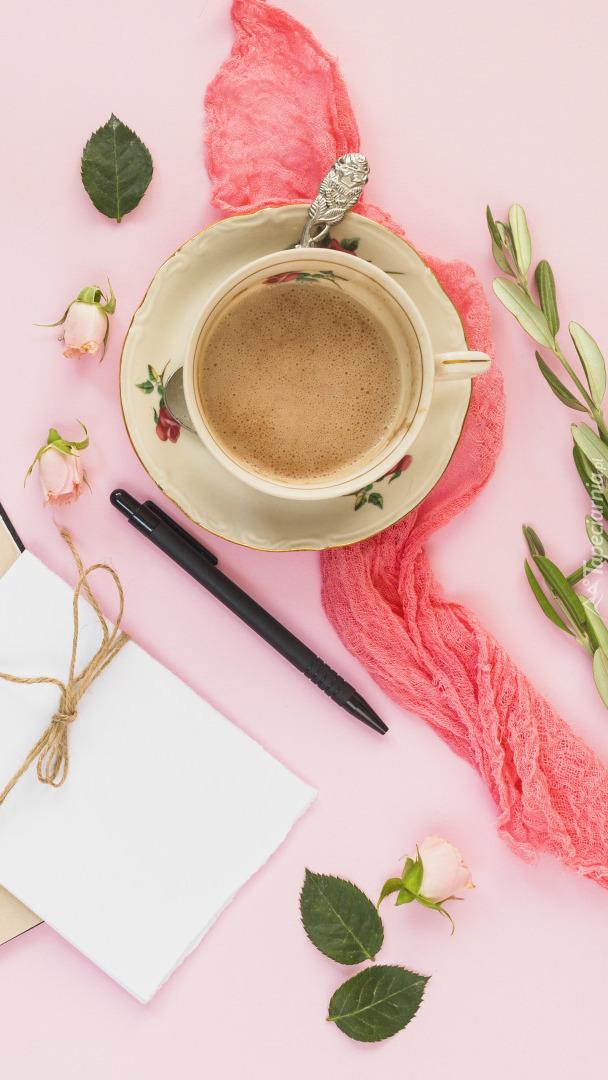 Filiżanka kawy obok kartki