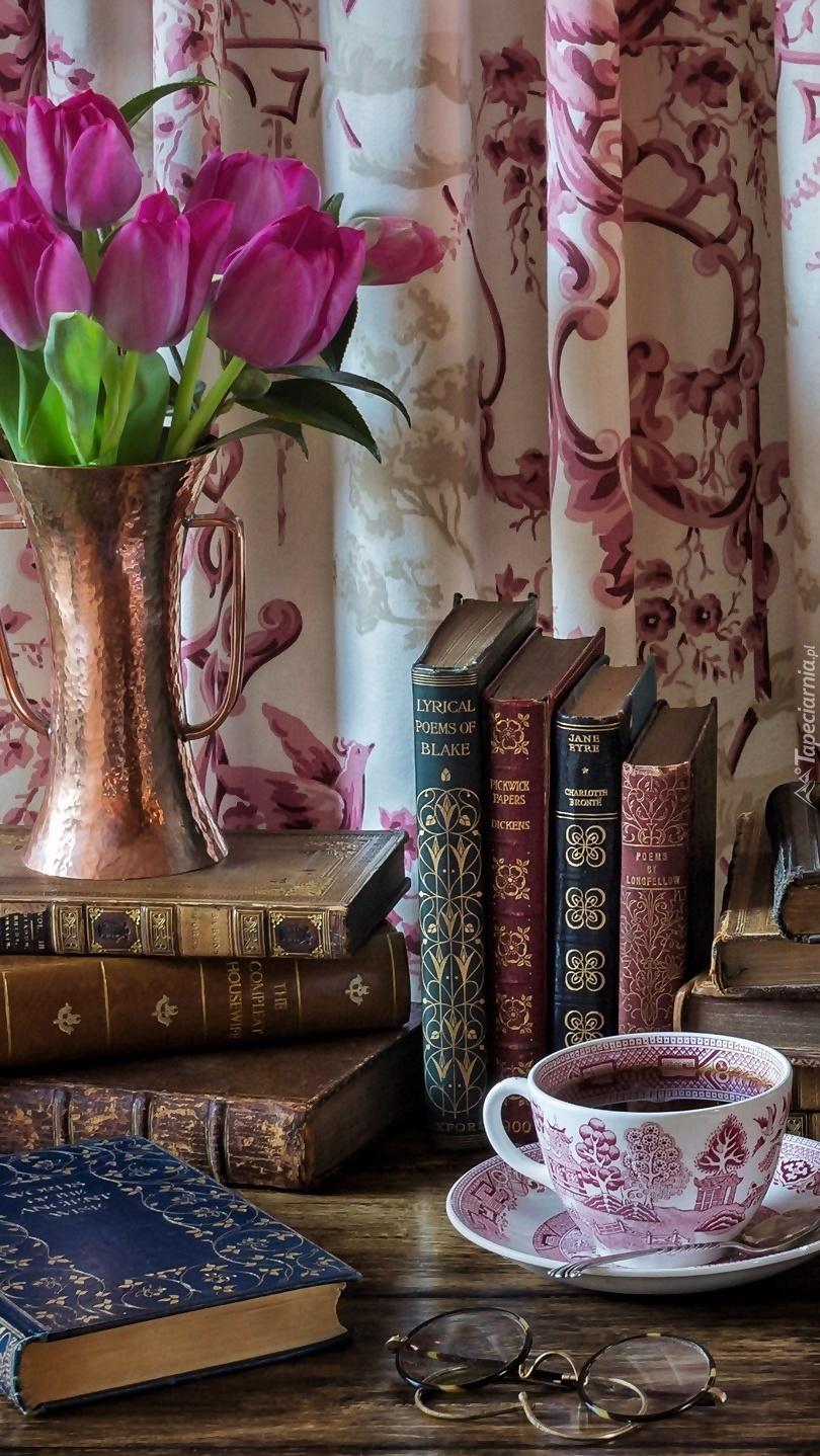Filiżanka kawy obok książek