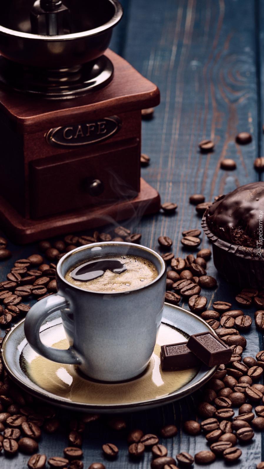 Filiżanka kawy obok młyna