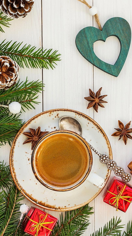 Filiżanka kawy obok świątecznych ozdób
