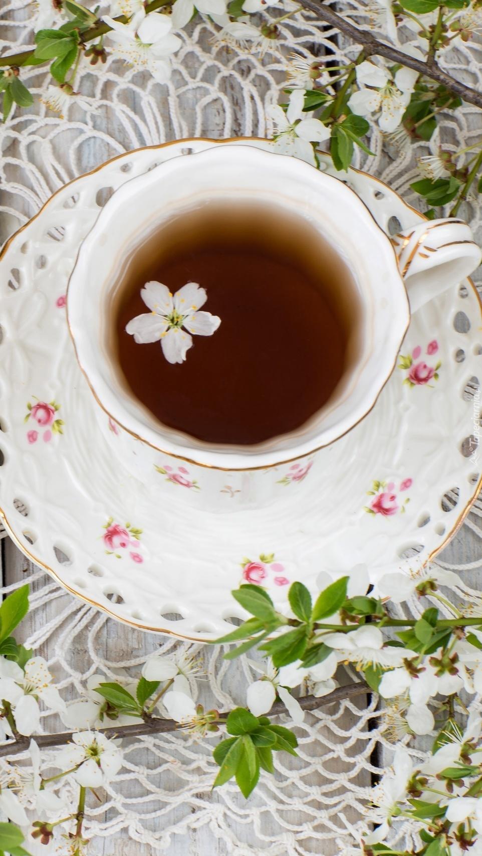 Filiżanka z herbatą na koronkowej serwecie