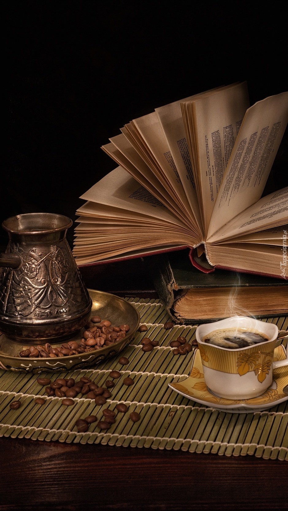 Filiżanka z kawą obok książek