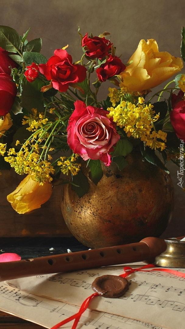 Flet obok kwiatów w wazonie