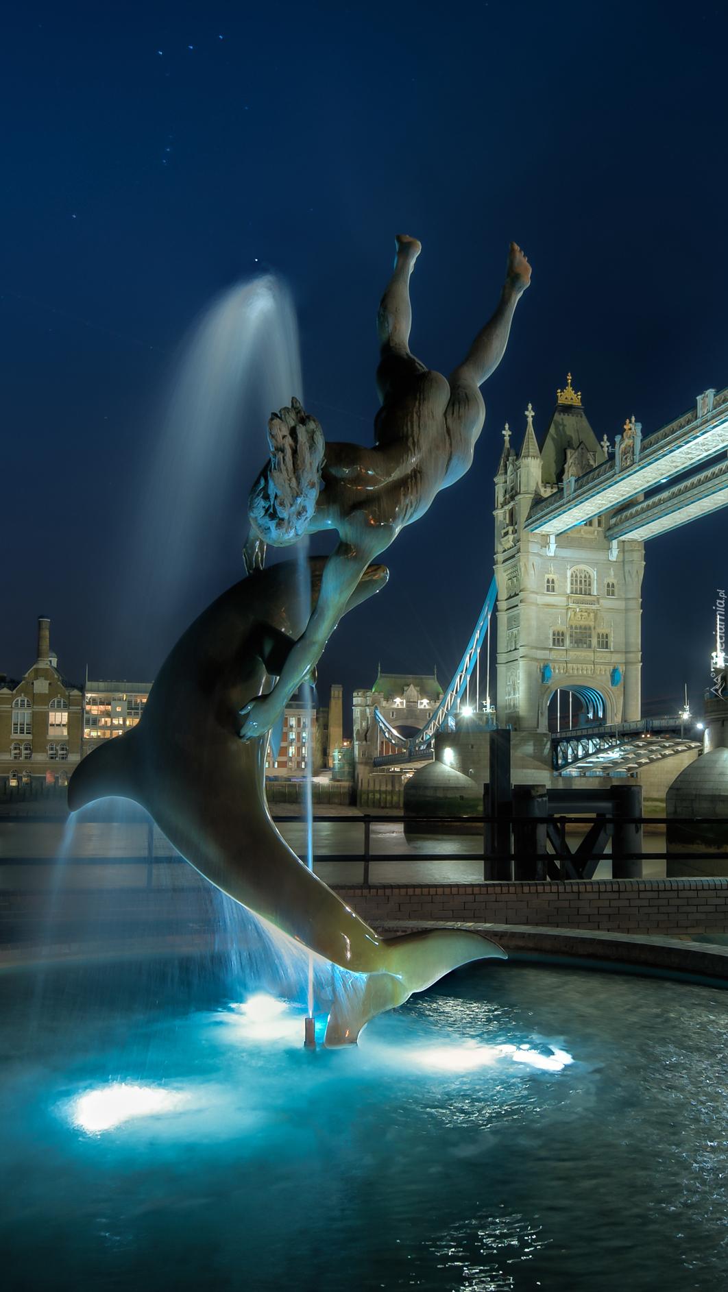 Fontana przy moście Tower Bridge