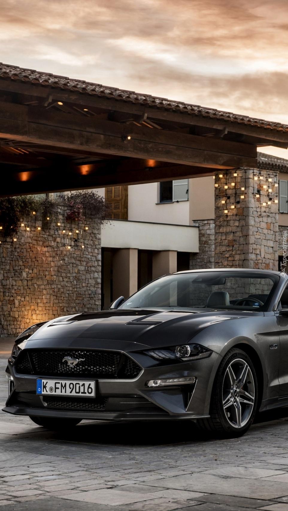 Ford Mustang GT przed domem