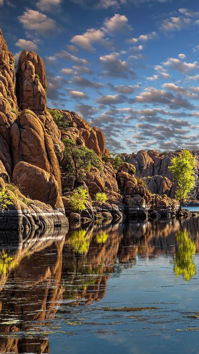 Formacje skalne nad jeziorem