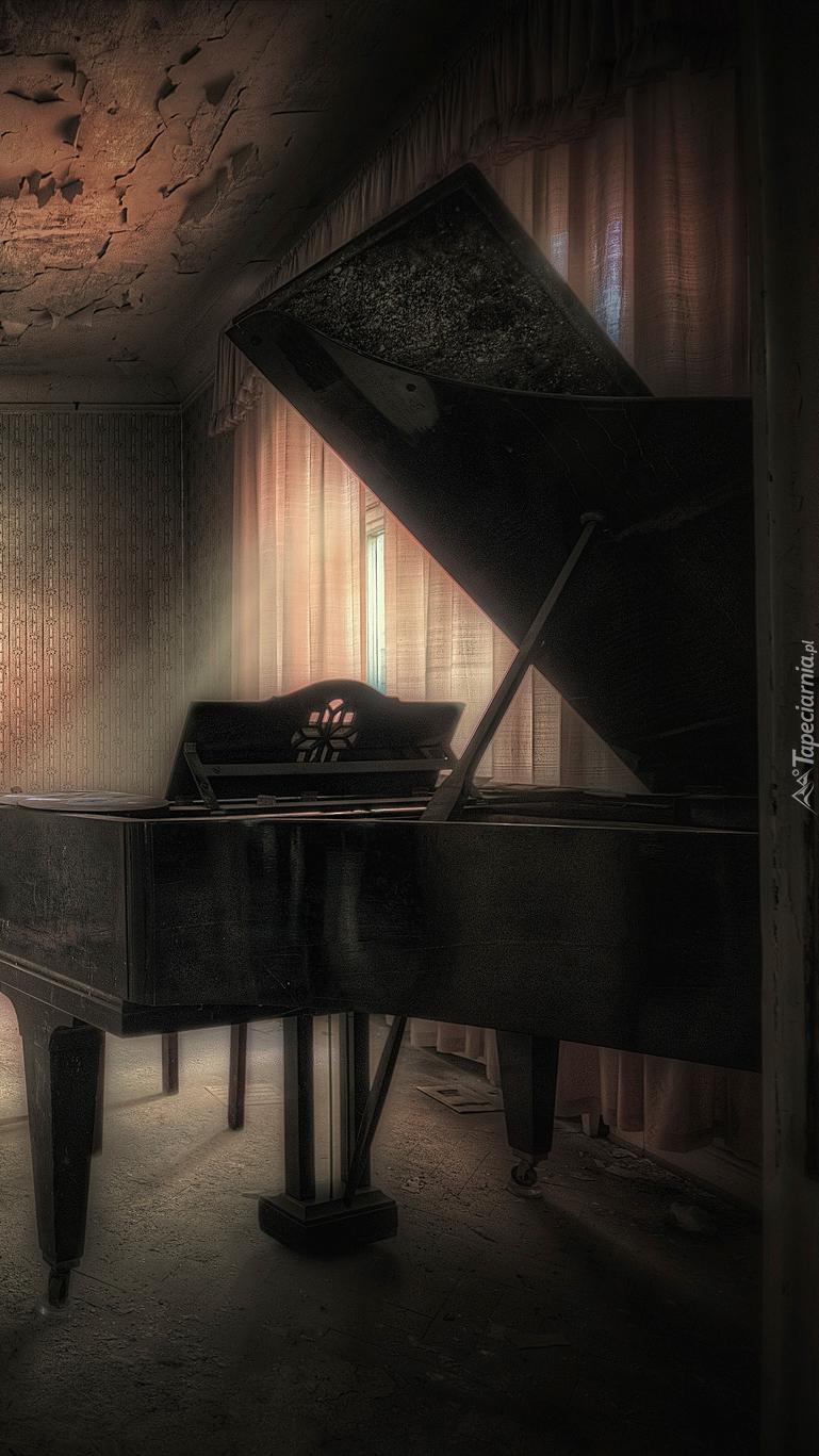 Fortepian w zaniedbanym pokoju