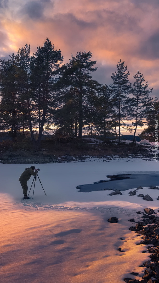 Fotograf na zamarzniętym jeziorze