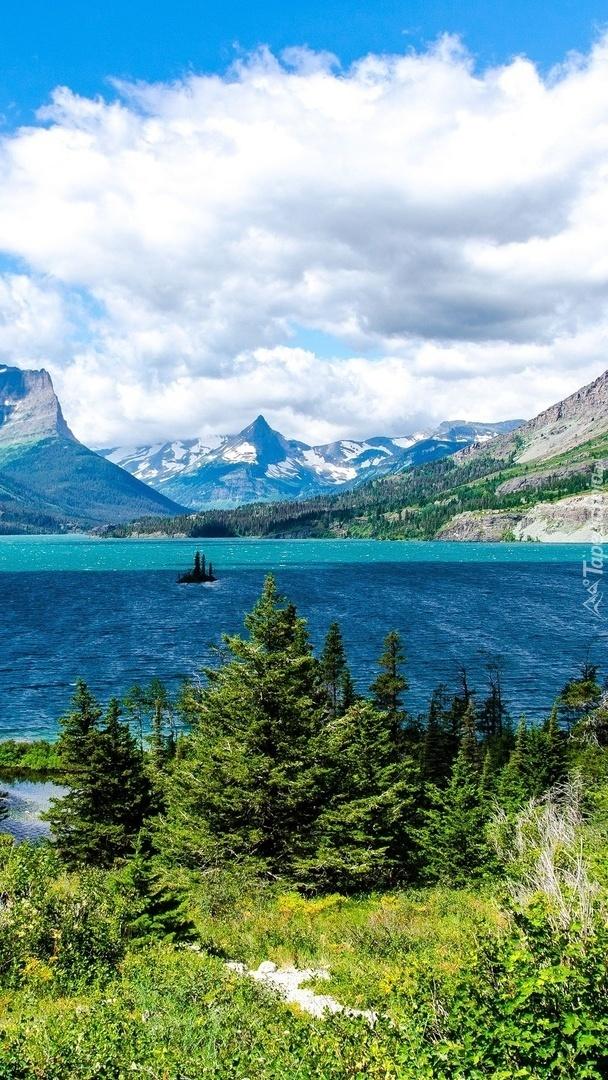 Gęste chmury nad górami i jeziorem