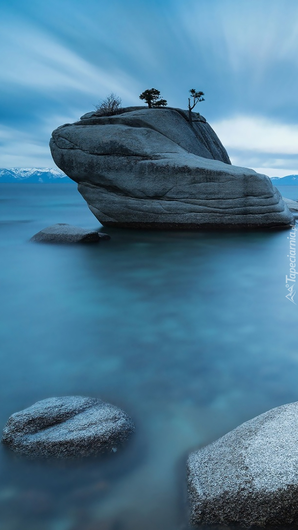 Głaz w wodzie