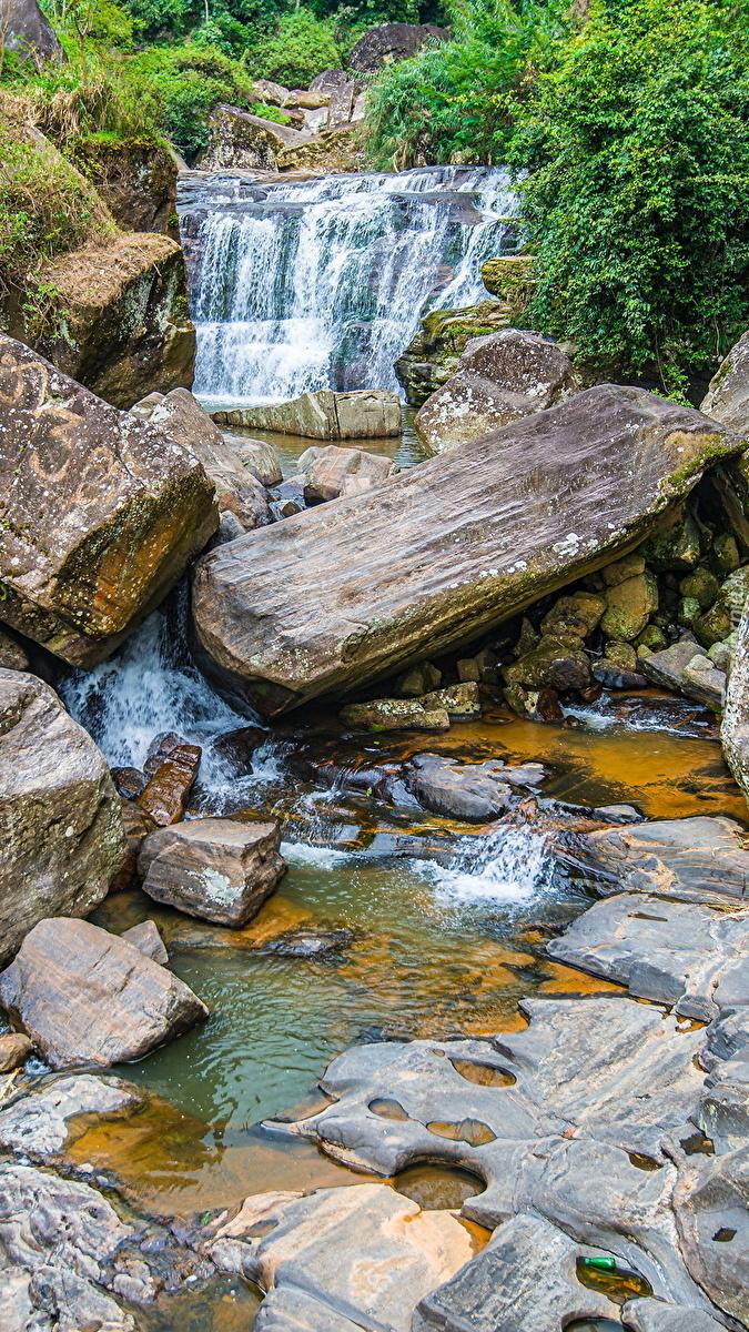 Głazy i kamienie w rzece