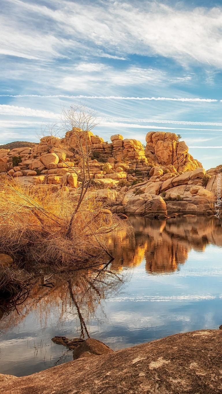 Głazy i skały na brzegu jeziora