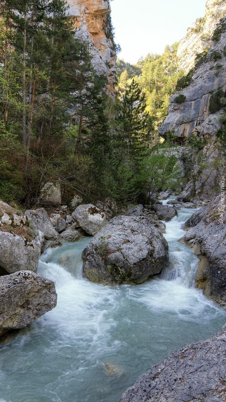 Głazy w górskiej rzece