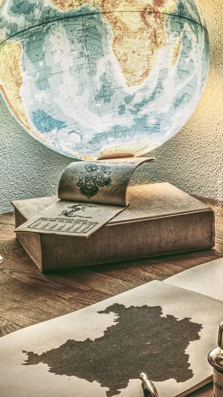 Globus i kalendarz na książce