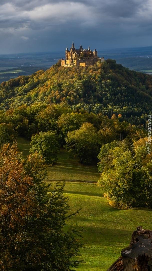 Góra i zamek Hohenzollern pod ciemnymi chmurami