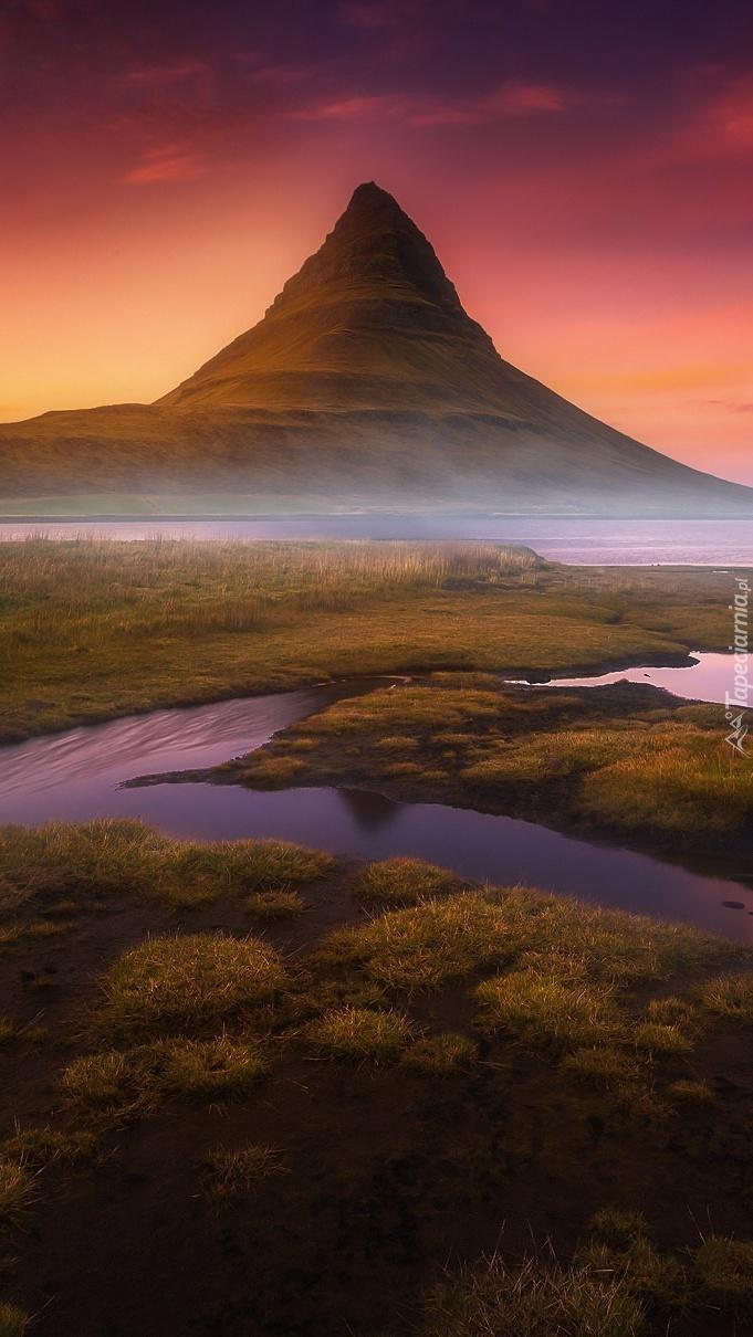 Góra Kirkjufeel we mgle nad rozlewiskiem