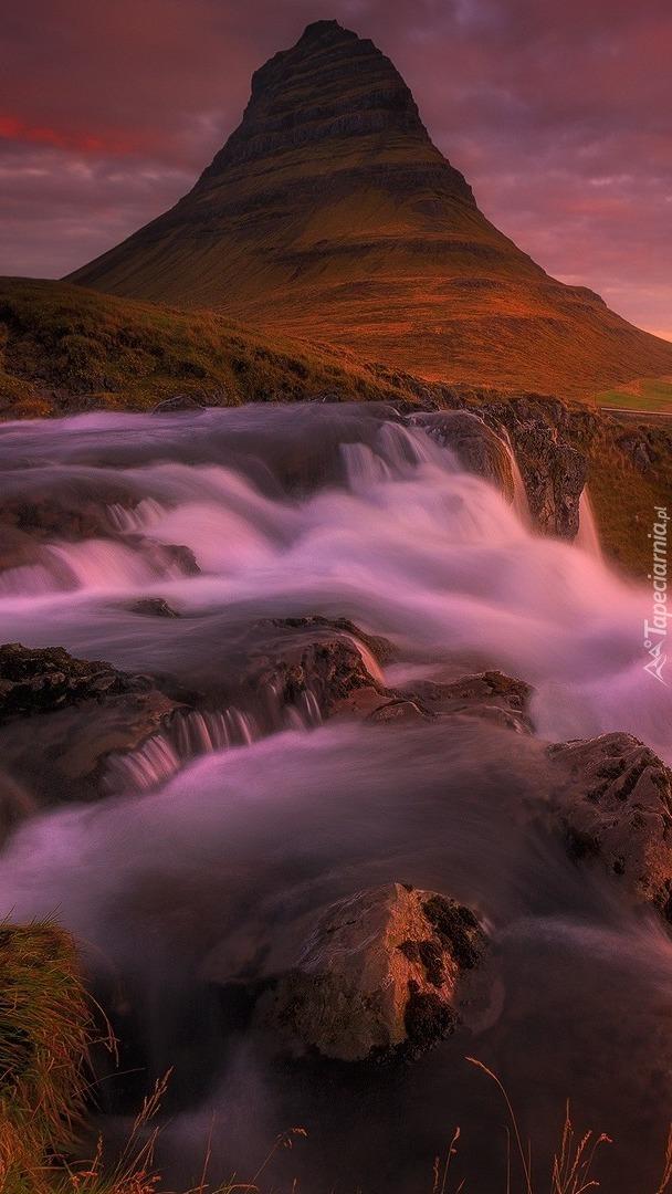 Góra Kirkjufell i rwący wodospad