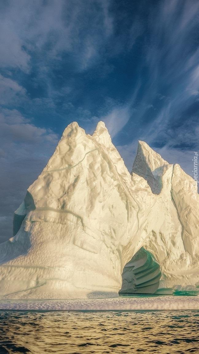 Góra Lodowa na wyspie