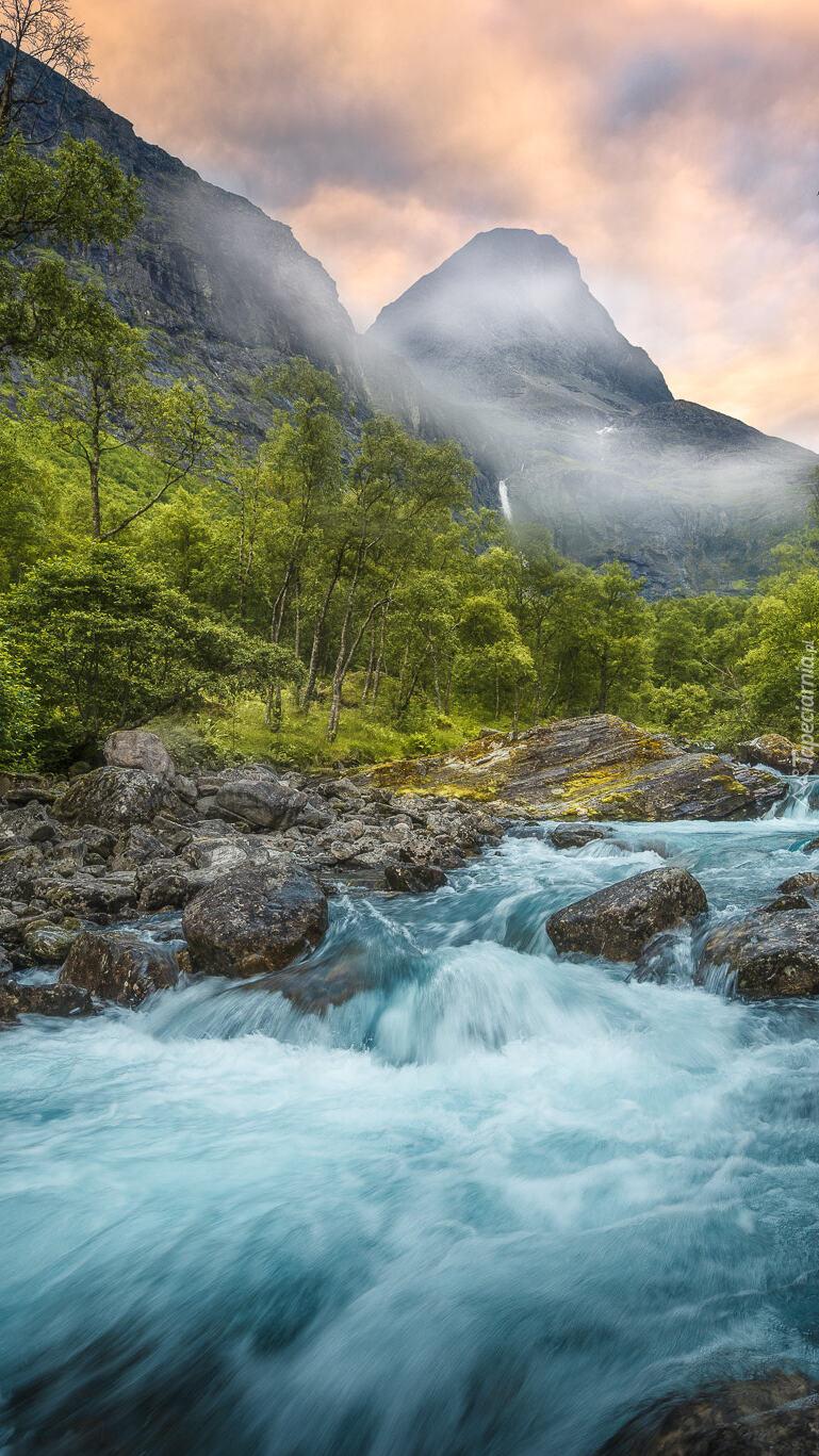 Górska dolina Romsdalen z rzeką Rauma