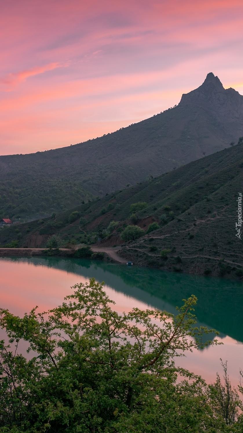 Góry i jezioro o poranku