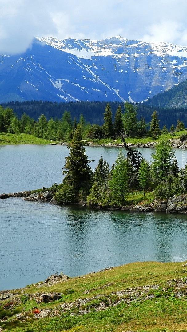 Góry i jezioro Rock Isle Lake