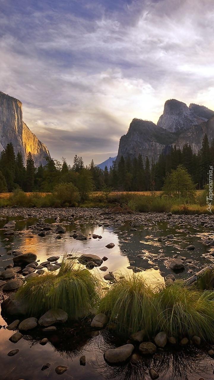 Góry i kamienista rzeka w Kalifornii