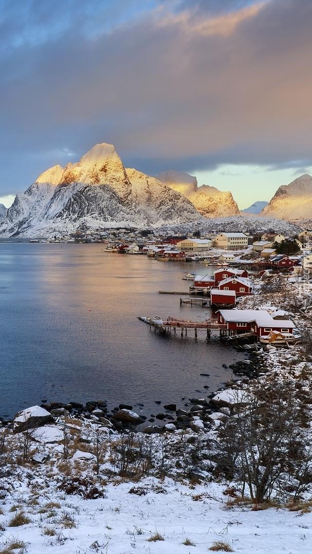 Góry i wieś Reine nad morzem Norweskim