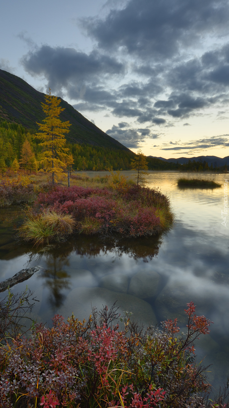 Góry Kołymskie nad jeziorem Tantsuyushchikh Khariusov