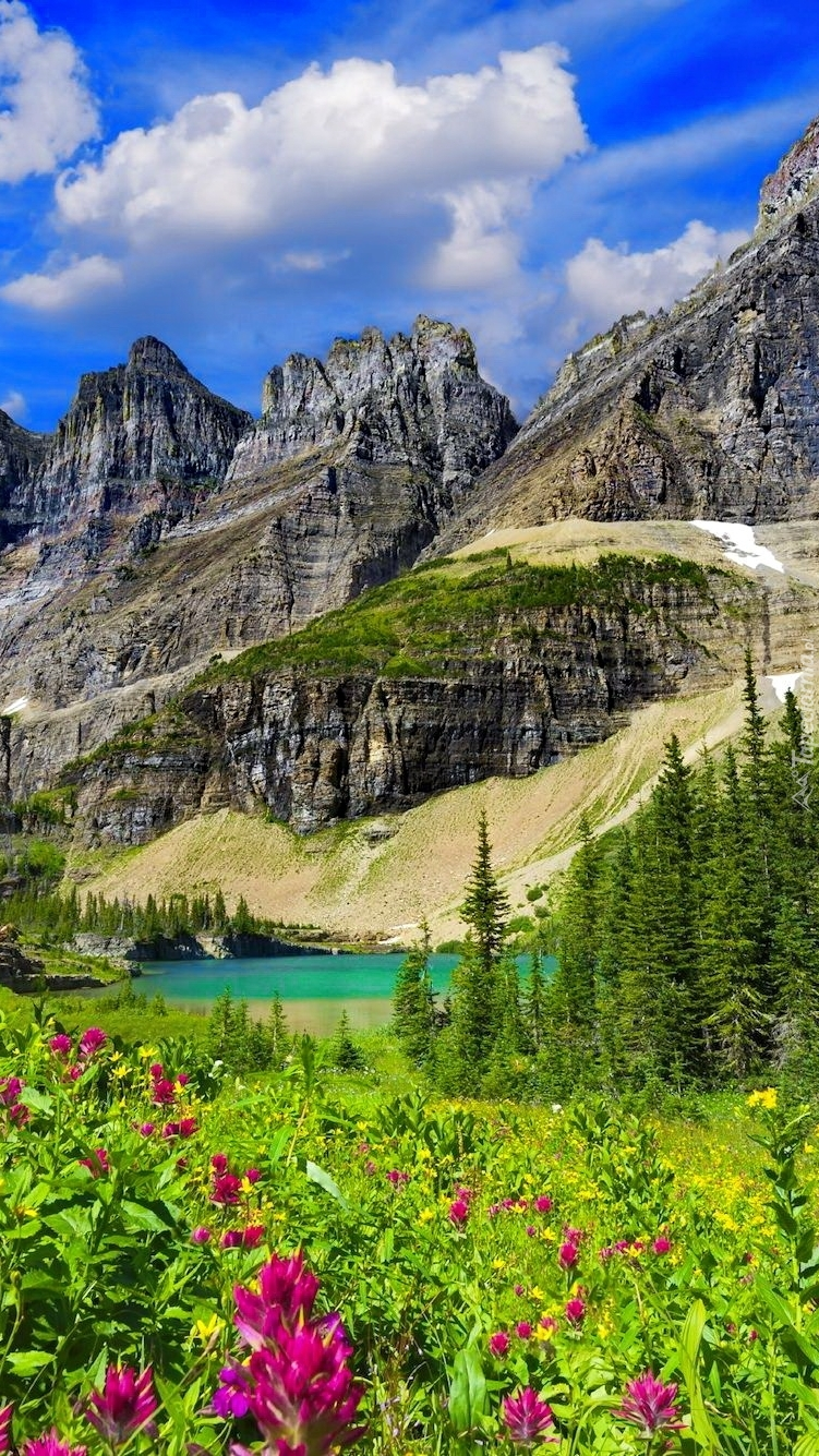 Góry nad jeziorem Iceberg Lake w Parku Narodowym Glacier