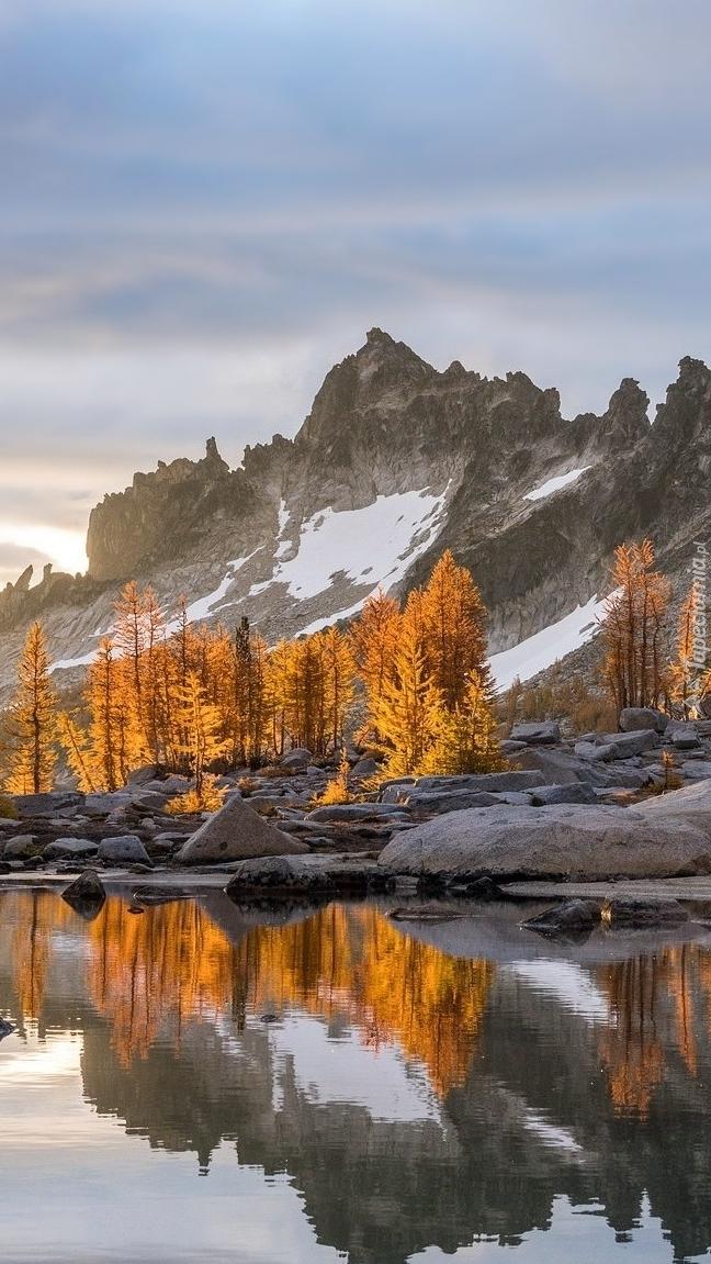 Góry nad jeziorem Snow Lake