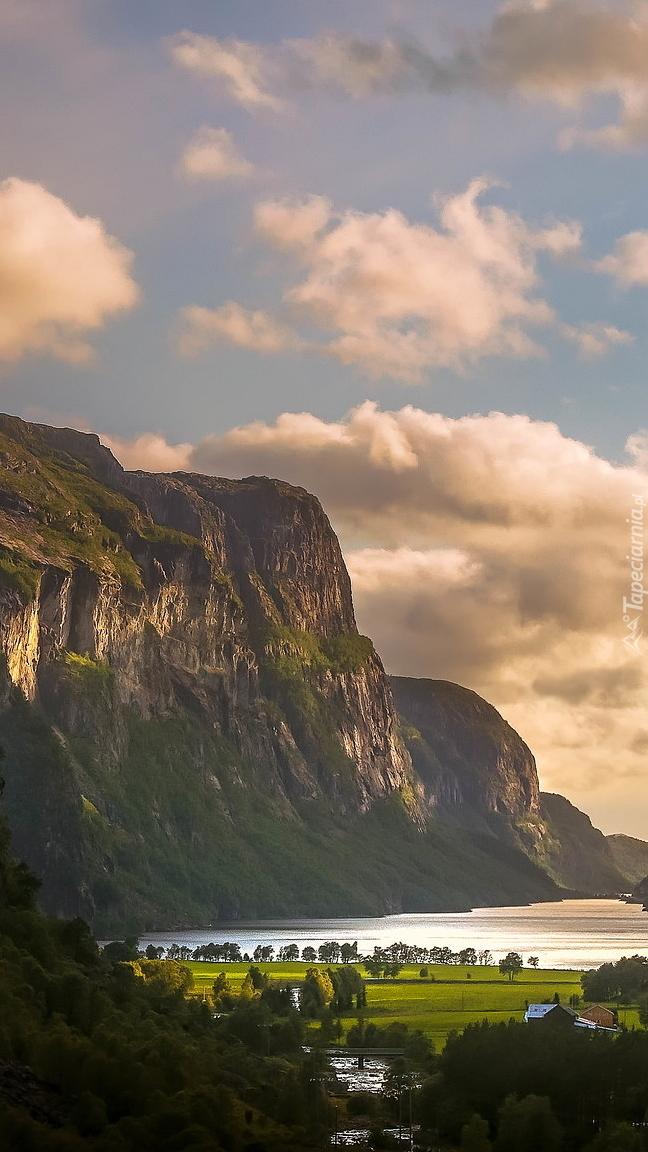 Góry nad jeziorem w Norwegii
