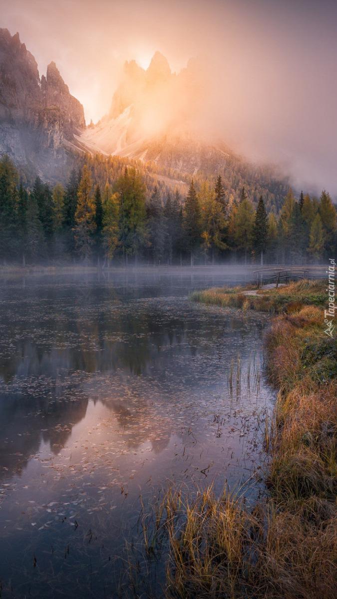 Góry o poranku nad rzeką