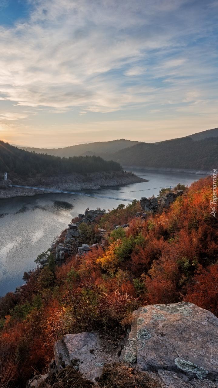 Góry Rodopy i kolorowe drzewa nad rzeką