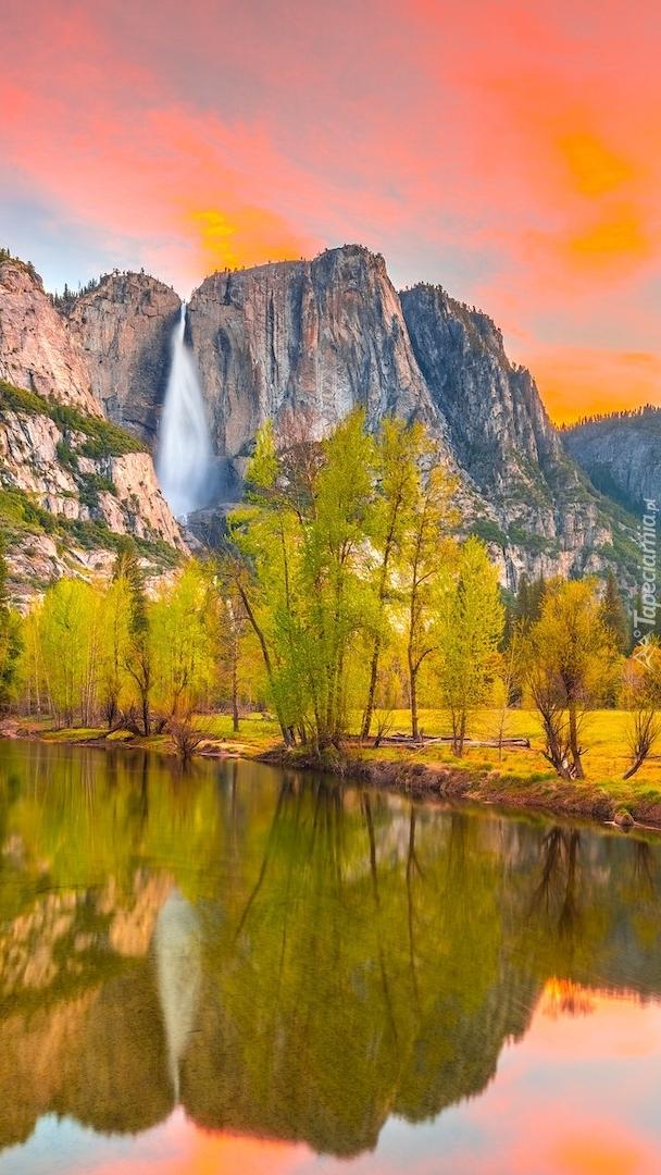 Góry Sierra Nevada i drzewa nad rzeką Merced River