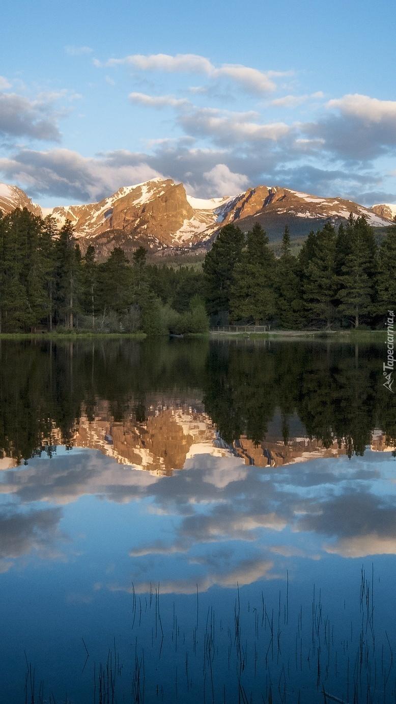 Góry w lustrzanym odbiciu jeziora