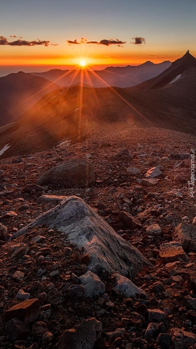 Góry w promieniach zachodzącego słońca