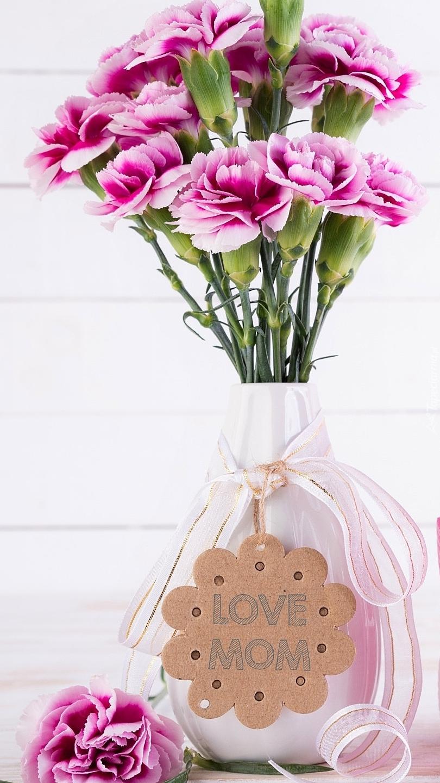 Goździki w wazonie z zawieszką na Dzień Matki