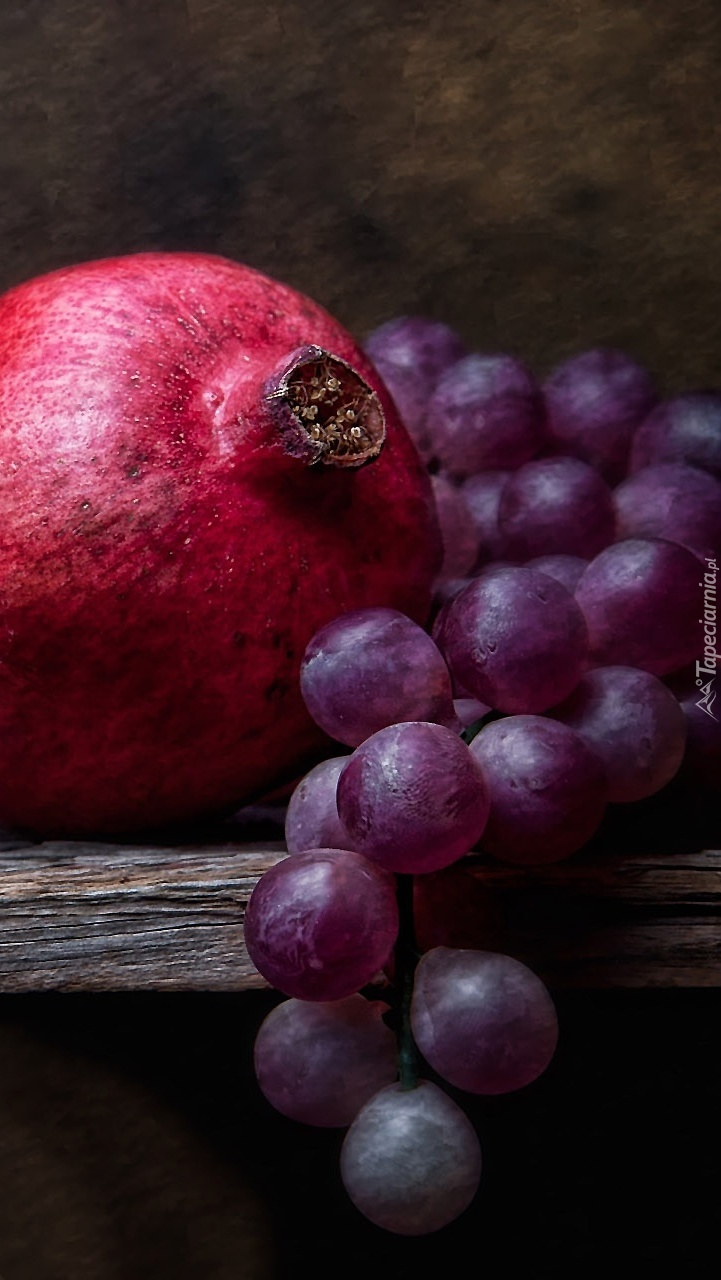 Granat obok winogron