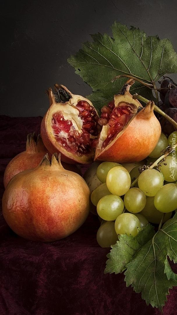 Granaty z winogronami na serwecie