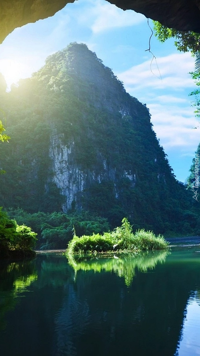 Grota nad rzeką w Wietnamie