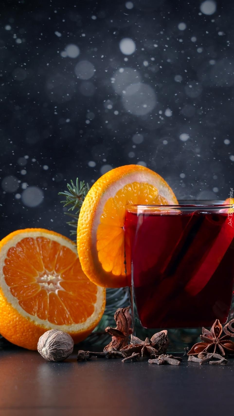 Grzane wino z plasterkiem pomarańczy