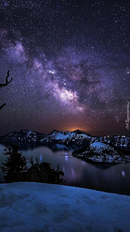 Gwiaździste niebo nad jeziorem