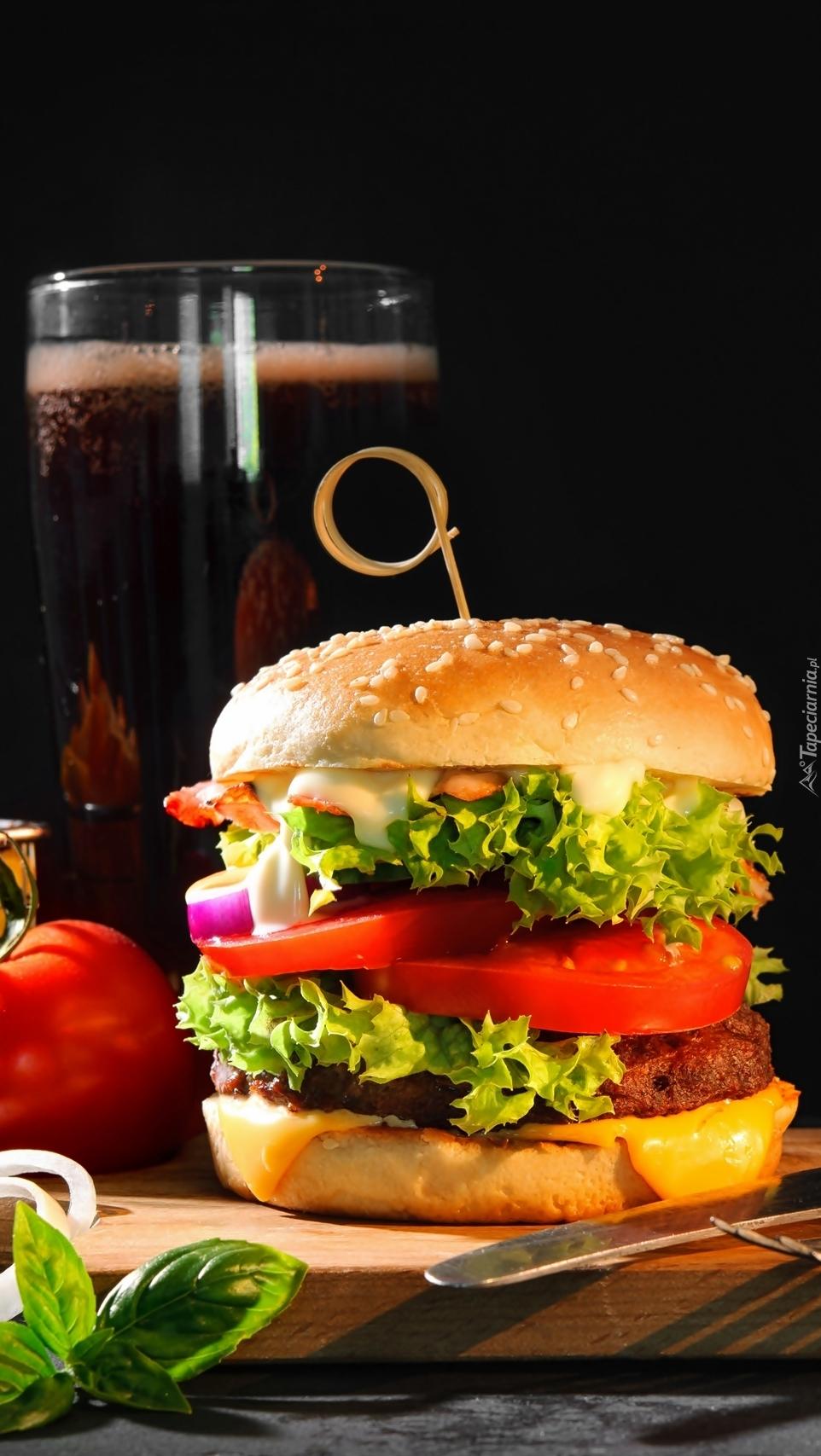 Hamburger i szklanka piwa