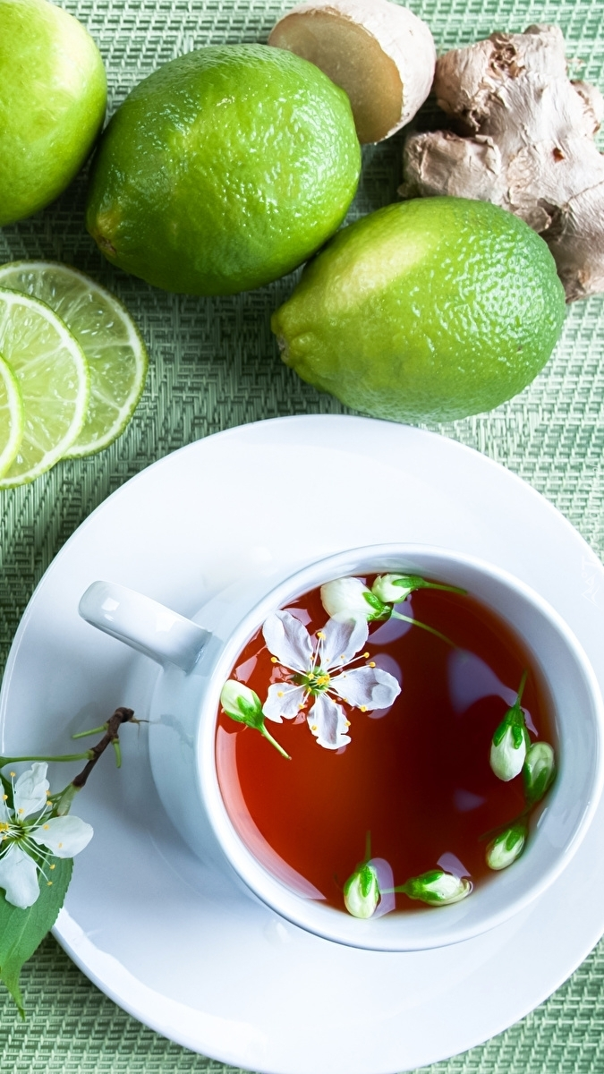 Herbata w filiżance i limonki
