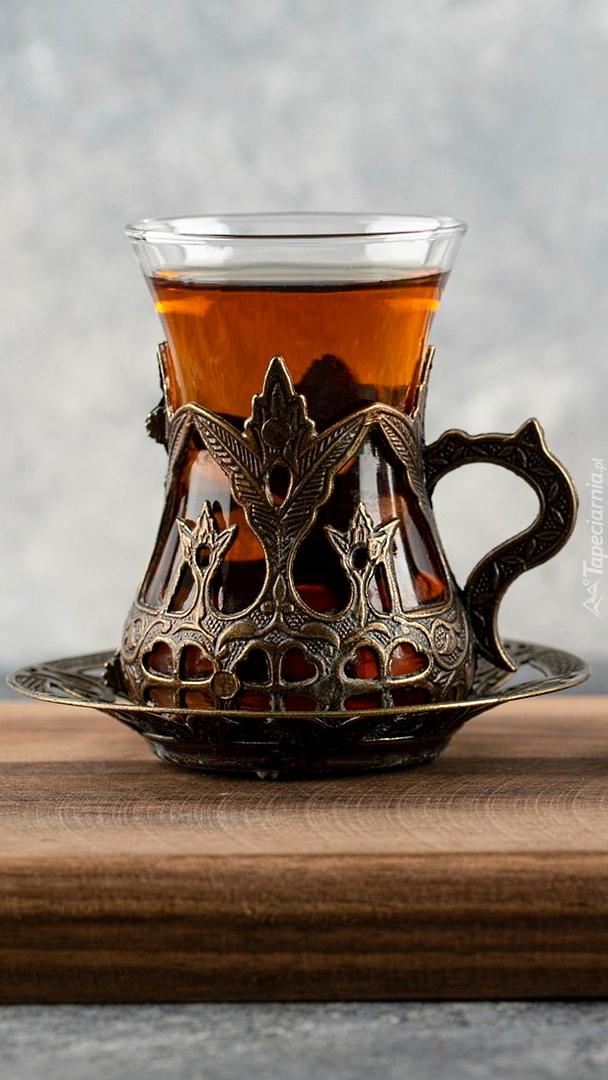 Herbata w szklance z uchwytem