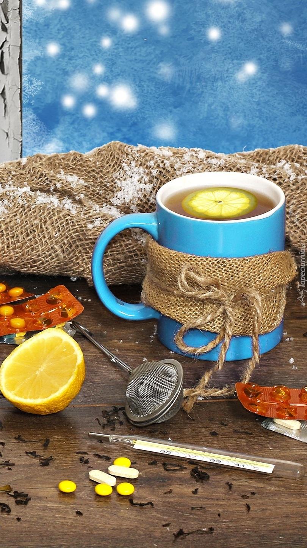 Herbata z cytryną w niebieskim kubku