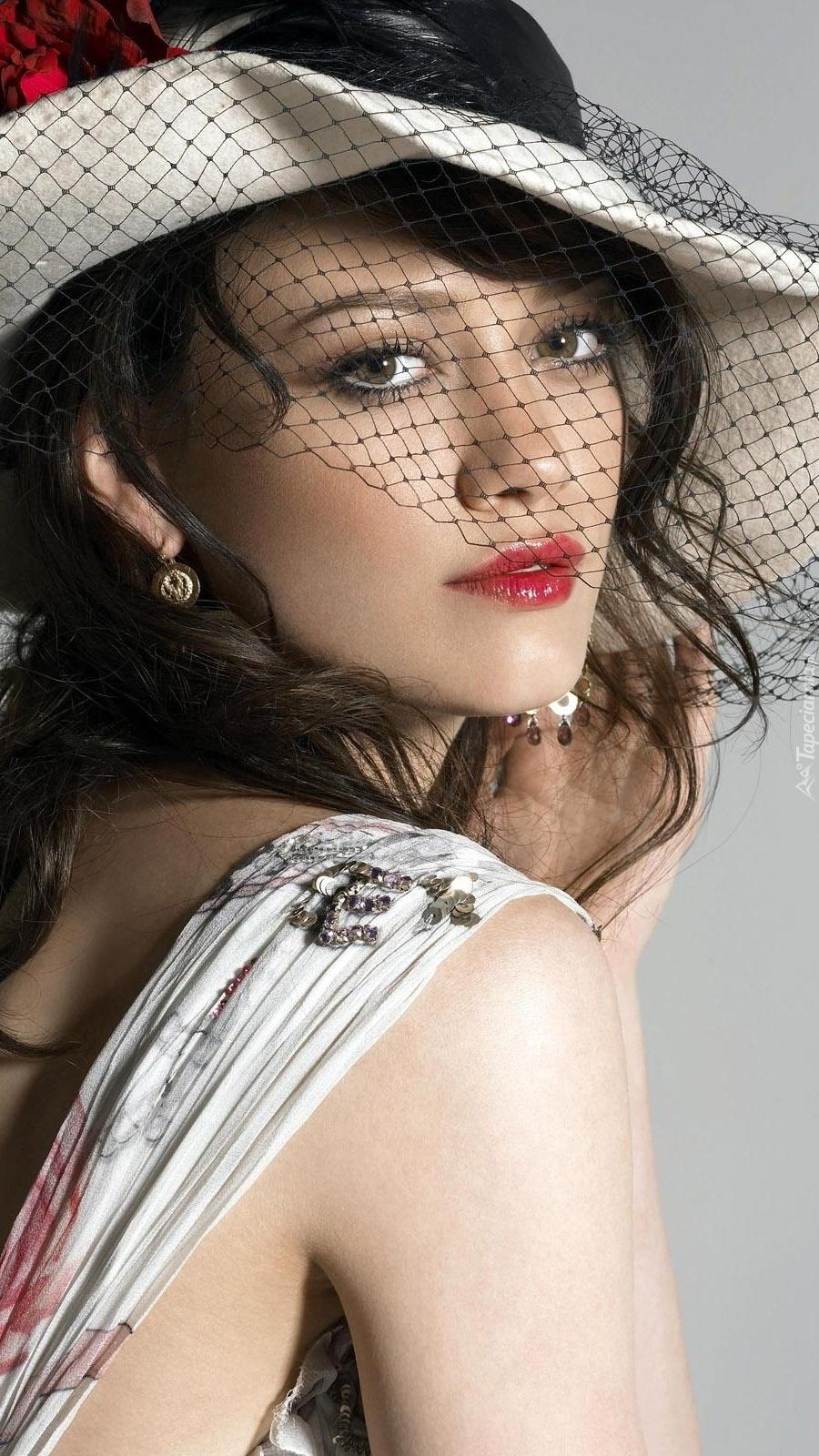 Hilary Duff w kapeluszu z woalką