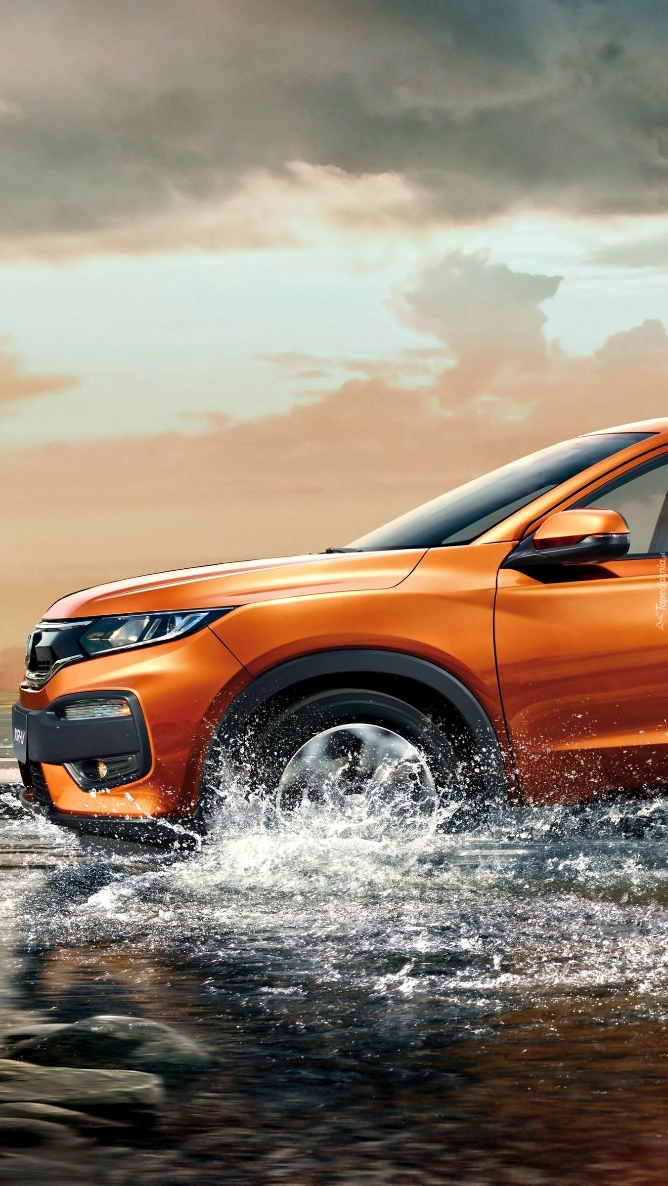 Honda XR-V przejeżdżająca przez wodę