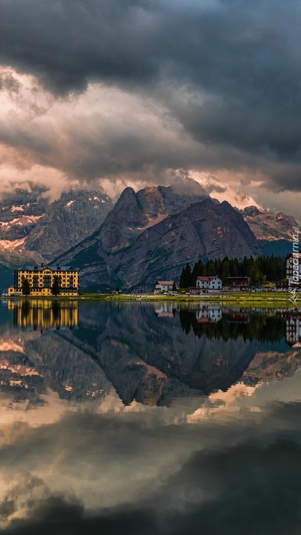 Hotel i domy nad jeziorem Misurina w Dolomitach